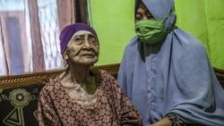Seorang nenek berusia 100 tahun, Kamtim, sembuh dari COVID-19. Nenek Kamtim dinyatakan sembuh usai dirawat selama satu bulan di rumah sakit.