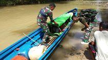 Prajurit TNI Arungi Sungai 6 Jam untuk Evakuasi Warga Sakit di Entikong
