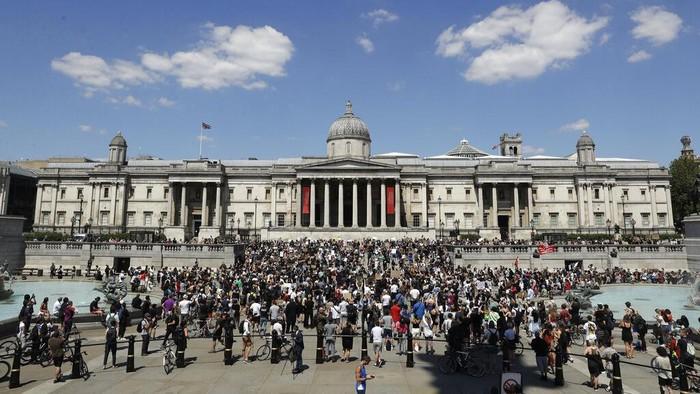 Demo memprotes kematian George Floyd juga digelar di London. Unjuk rasa ini sebagai wujud solidaritas dengan publik AS yang kini menggelar aksi besar-besaran.