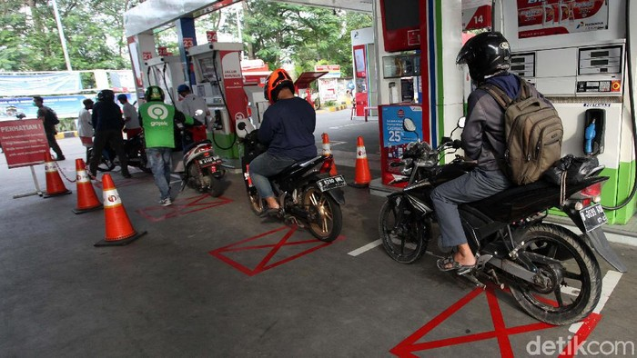 SPBU MT Haryono, Jakarta, mulai menerapkan protokol kenormalan baru. Saat mengisi bensin, pengendara harus menjaga jarak.