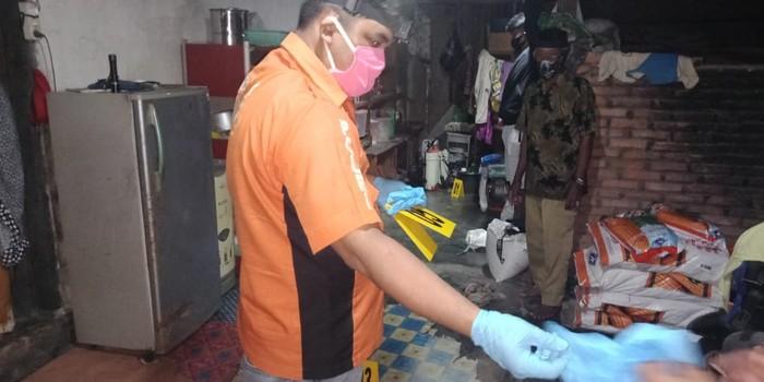 Petugas memeriksa tempat kejadian perkara di Kolaka. (Dok Istimewa)