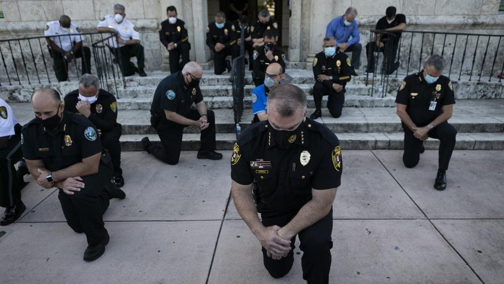 Polisi Miami hingga New York Berlutut Dukung Demo Kematian George Floyd