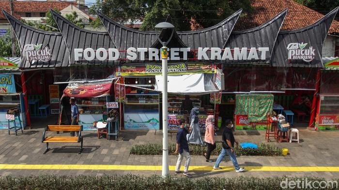 Pedagang nasi kapau Kramat, Jakarta kembali beraktivitas di tengah pandemi. Dengan desain baru usai direnovasi, kini mereka juga beradaptasi dengan aturan baru.