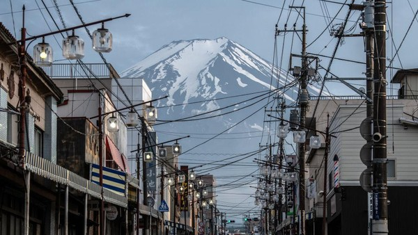 Demi menekan angka penularan kasus Corona, Jepang resmi menutup Gunung Fuji mulai 10 Juli-10 September 2020. Ini menjadi yang pertama kali semenjak tahun 1960.