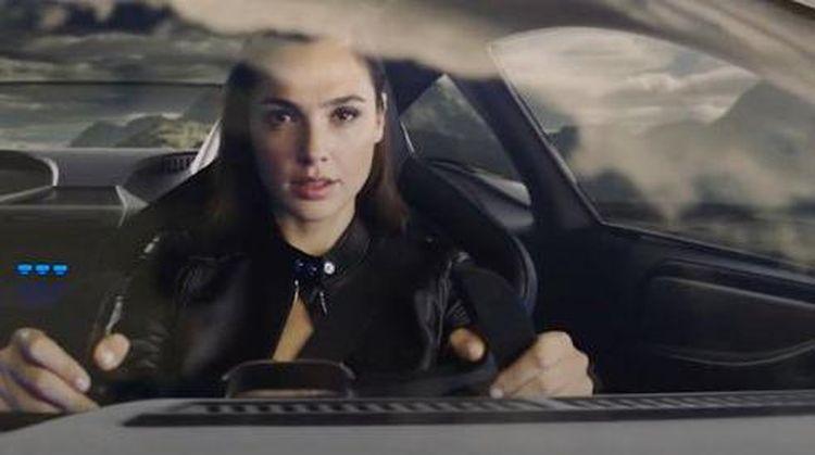 Potret Si Cantik Gal Gadot Beraksi dengan Jaguar Hingga Truk