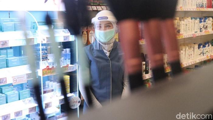 Karyawan salah satu mal di Bandung menggunakan face shield sebagai bagian dari penerapan protokol kesehatan.