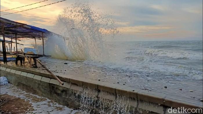 Gelombang pasang menerjang pantai pesisir Utara di Kota Pekalongan, Jateng, Senin (1/6/20). Air mulai rendam ratusan pemukiman di Kelurahan Panjang, Pekalongan.
