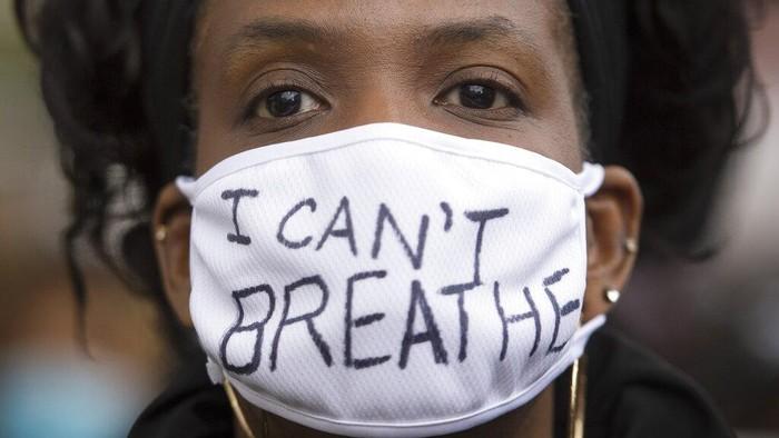 Aksi unjuk rasa yang memprotes perlakuan oknum polisi AS terhadap George Floyd hingga berujung kematian terjadi di berbagai negara dunia. Berikut potretnya.