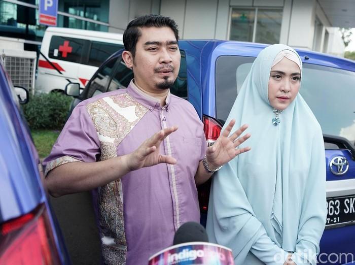 Ustaz Solmed dan April Jasmine saat ditemui di kawasan Trans TV.