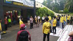Mahasiswa Unnes Demo Soal UKT, Petugas Medis Sibuk Ingatkan Jaga Jarak
