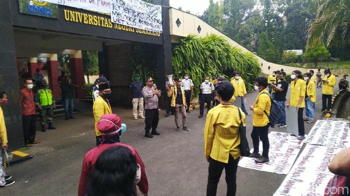 Demo mahasiswa Unnes tuntut pengembalian UKT