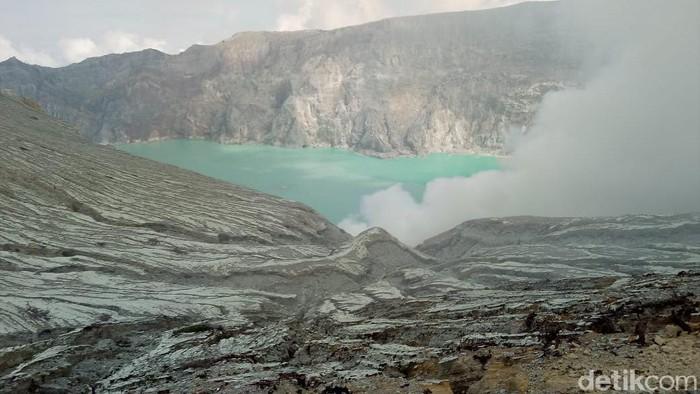 Ada dua penyebab terjadinya gelombang tsunami di Danau Kawah Ijen menurut Pusat Vulkanologi dan Mitigasi Bencana Geologi (PVMBG). Yakni karena adanya pertemuan suhu berbeda serta terjadinya longsoran.