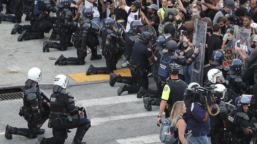 Momen Polisi AS Berlutut Dukung Demo Kematian Floyd