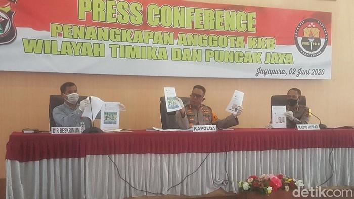 Kapolda Papua Irjen Paulus Waterpauw (tengah) dalam konferensi pers di Jayapura.