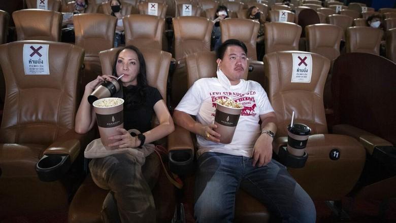 Thailand membuka kembali pusat hiburan mulai dari mal hingga bioskop. Meski kembali dibuka protokol kesehatan tetap diterapkan dengan ketat guna cegah Corona.
