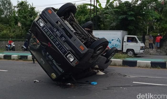 Pikap Pengangkut Beras terbalik di Jalan Yogya-Solo, Klaten, Selasa (2/6/2020).