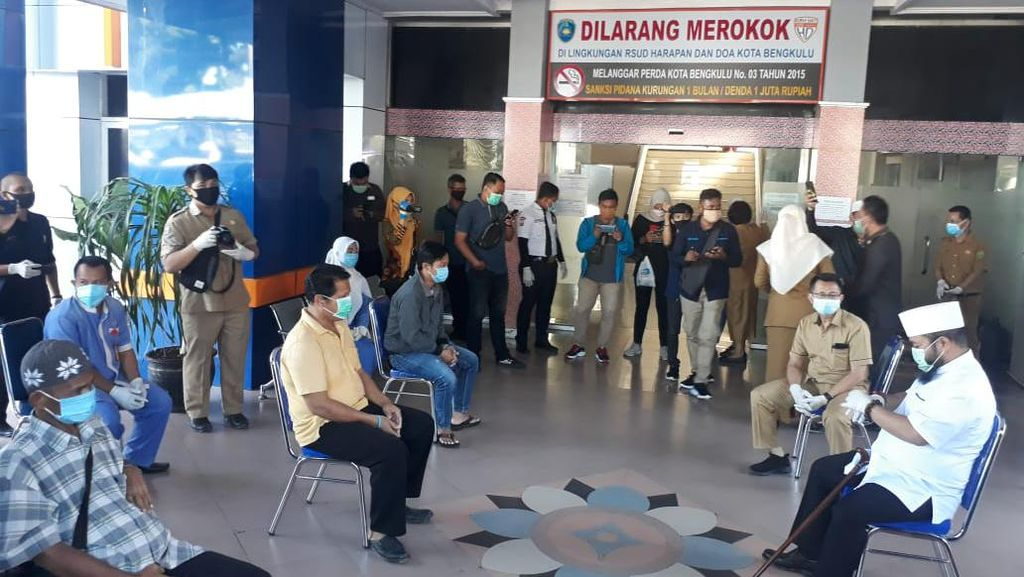 Semangati Warga, Wali Kota Bengkulu Lepas 3 Pasien Sembuh Corona