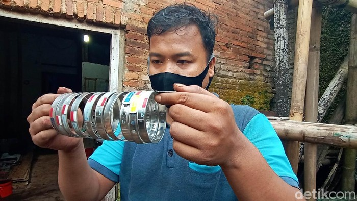 Pemberangkatan calon jemaah haji tahun 2020 diketahui dibatalkan. Meski begitu para perajin di Jepara tetap memproduksi gelang haji. Berikut potretnya.