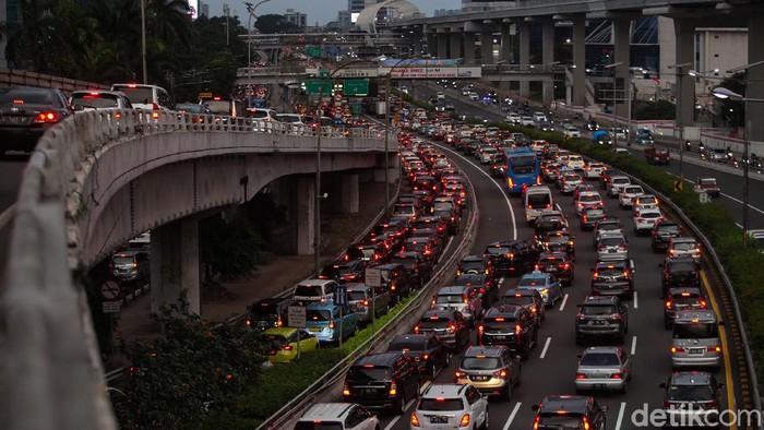 Meski masih tersisa 2 hari lagi PSBB di DKI Jakarta yang akan segera berakhir, kondisi jalanan Ibu Kota sudah terlihat padat dan kembali Macet. Ini potretnya.