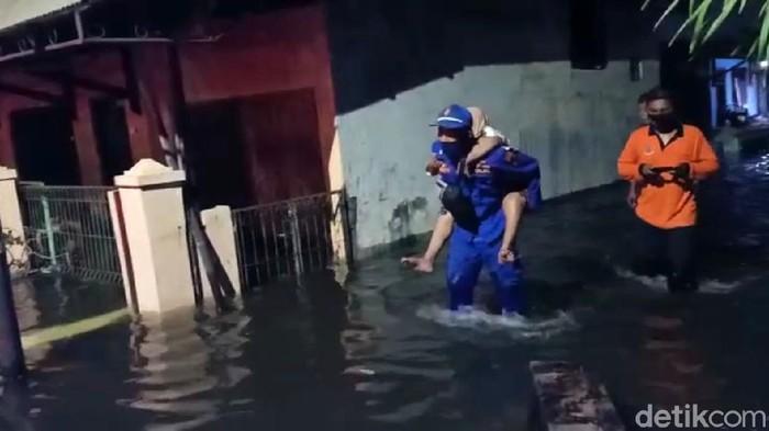 Banjir rob yang terjadi di pemukiman warga Kota Pekalongan yang berada di pesisir Utara, Senin malam (1/6/2020) kian tinggi. Sejumlah warga dievakuasi.