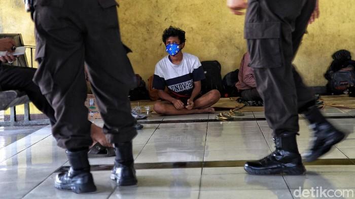 Sejumlah petugas gabungan memberikan imbauan kepada warga di kawasan Terminal Penumpang Pelabuhan Tanjung Priok, Jakarta Utara, Selasa (2/6).