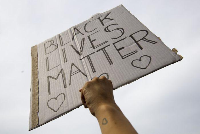 Aksi demo atas kematian George Floyd terus menyebar ke penjuru dunia. Kali ini aksi memprotes kematian pria kulit hitam itu digelar di Amsterdam, Belanda.