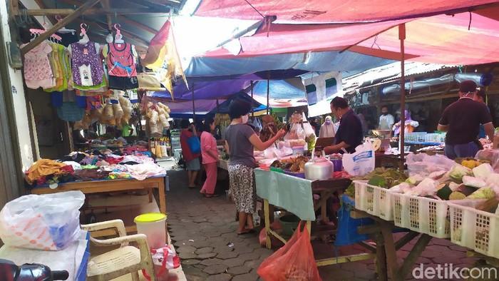 Aktivitas di Pasar Kedip Kebayoran Lama berjalan normal