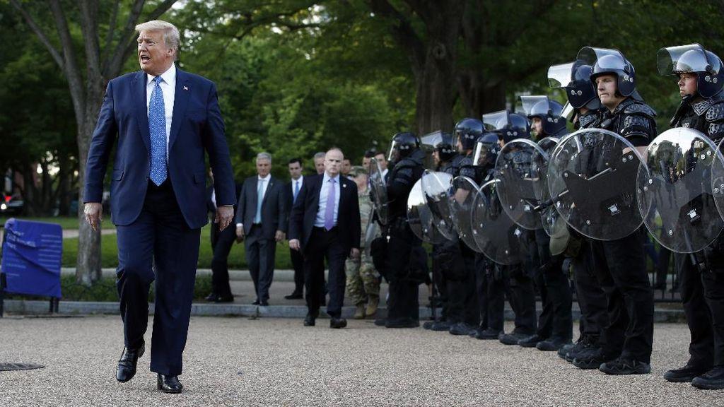 Demonstran Ditembaki Gas Air Mata di Luar Gedung Putih, Trump Digugat