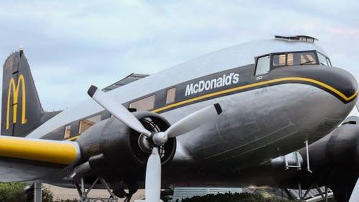 Gerai McD berupa pesawat