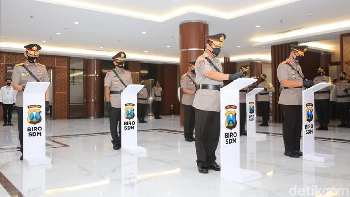 Kapolrestabes Surabaya, Wakapolda hingga Irwasda Jatim resmi berganti. Kapolda Jatim Irjen M Fadil Imran memimpin serah terima jabatan dengan menerapkan physical distancing.