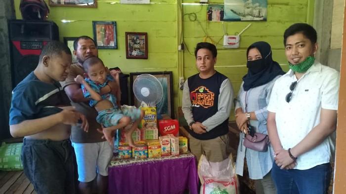 Wagub Sulsel Andi Sudirman Sulaiman menyalurkan bantuan kepada 3 bersaudara yang alami malnutrisi dan disabilitas di Palopo (dok. Istimewa)