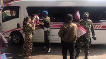Warga Terima Bantuan Presiden Usai Kunjungan Jokowi ke Masjid Istiqlal