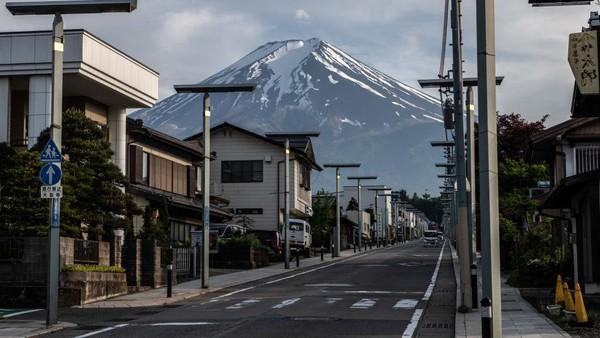Akses menuju Gunung Fuji di Fujiyoshida, Japan, tampak sepi pada 27 Mei 2020.