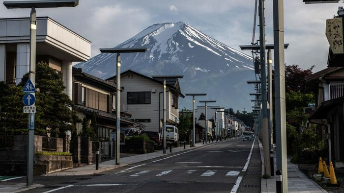 GOTEMBA, JAPAN - MAY 28: A car park at Mizugatsuka Park, a popular visitor spot for views of Mount Fuji, is completely empty after being closed to discourage visitors to the area on May 28, 2020 in Gotemba, Japan. Local authorities have announced that Mount Fuji, one of Japans most popular tourist destinations, will be closed to hikers during this years summer climbing season to prevent the spread of Covid-19 coronavirus. To date, Japan has recorded 16,651 infections, 858 deaths and 13,973 recoveries from the virus. (Photo by Carl Court/Getty Images)