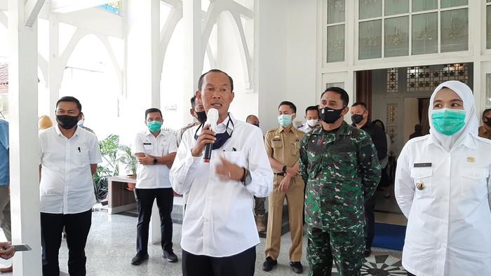 Wali Kota Palembang Harnojoyo (tengah-pegang mic)/(Raja Adil-detikcom)