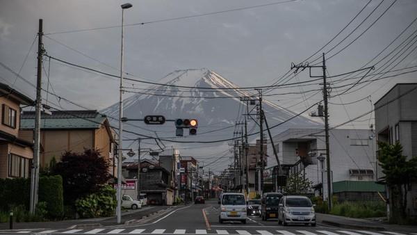 Gunung Fuji atau Fuji-san menjadi salah satu situs warisan dunia UNESCO. Gunung tertinggi Jepang dengan selimut salju di puncaknya ini tak pernah sepi pengunjung.