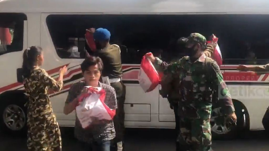 Paspampres Bagi-bagikan Sembako Usai Jokowi Tinjau Masjid Istiqlal