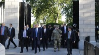 Marah Diberitakan Sembunyi di Bunker, Trump Jalan Kaki Keluar Gedung Putih