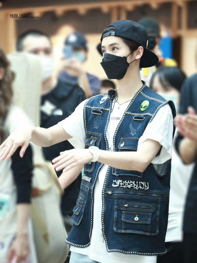 Luhan Eks EXO yang Jadi Atensi Karena Baju Bertulisan Syahadat.