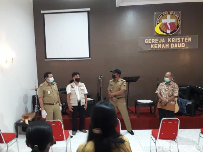 Bupati Sumedang Dony Ahmad Munir tinjau kesiapan rumah ibadah terapkan protokol kesehatan. s