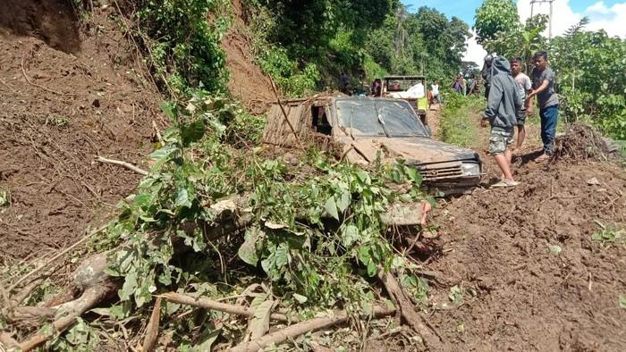 Mobil ringsek tertimpa reruntuhan longsor di Polman
