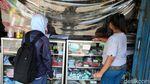 Kini Warung dan Toko di Bogor Diberi Pembatas Plastik