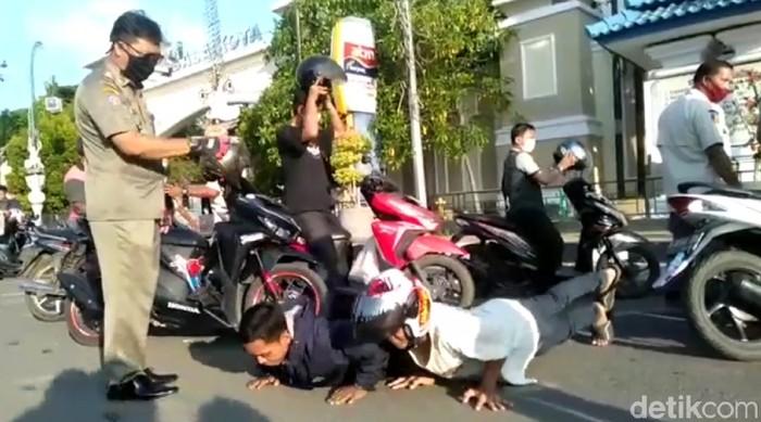 Para warga di Kota Tegal yang tak bermasker dihukum push up atau bernyanyi
