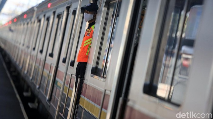Jawa Barat bersiap menerapkan fase kenormalan baru. Protokol ini akan diterapkan di transportasi publik. Begini kondisi di gerbong KRL jelang new normal.
