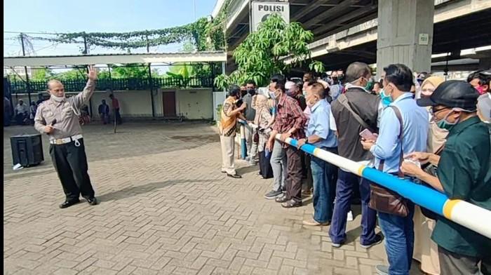 Warga antre perpanjang SIM di Jaktim