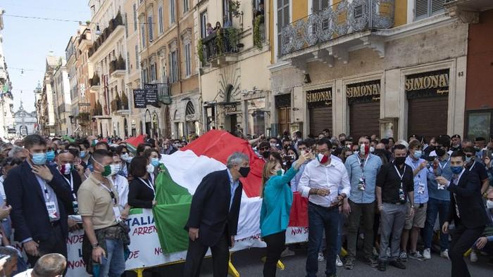 Di tengah pandemi Corona, warga Italia kini bersuka cita merayakan Hari Republik. Aksi aktobatik dari para angkatan udara Italia melukiskan warna-warni yang khas di langit.