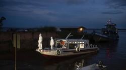 Sebuah perahu difungsikan jadi ambulans guna angkut pasien COVID-19 yang berada di kawasan Amazon. Hal itu dilakukan untuk tekan angka kasus COVID-19 di Brasil.