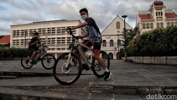Beberapa aktivitas tetap berjalan normal di kawasan ini. Terlihat ada dua orang warga tengah bersepeda.