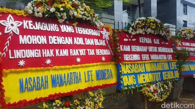 Karangan bunga berjejer di PN Jakpus jelang sidang dakwaan kasus Jiwasraya (Zunita Amalia Putri/detikcom)