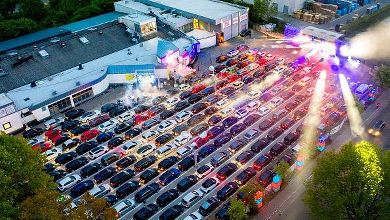 30 April 2020, Lower Saxony, Schüttorf: Guests park their cars during a car disco on the parking lot of the disco
